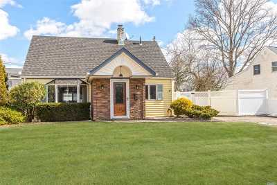 Levittown Single Family Home For Sale: 5 Cornflower Rd