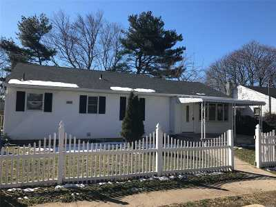 Bay Shore Single Family Home For Sale: 16 Abingdon Ave