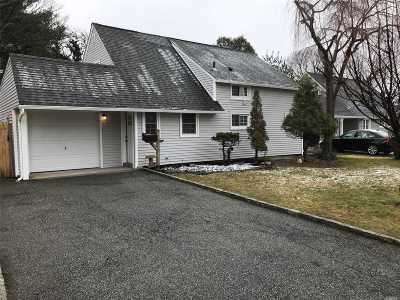 Levittown Single Family Home For Sale: 3 Ramble Ln