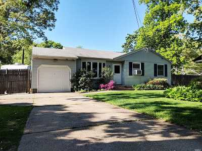 Centereach Single Family Home For Sale: 31 Wolfhollow Rd