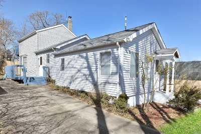 Farmingville Single Family Home For Sale: 38 Woodmont Pl