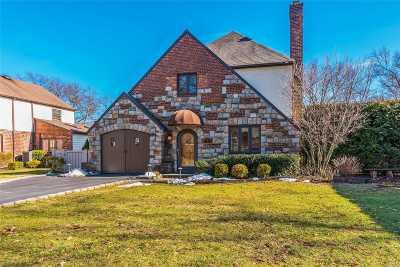 Garden City Single Family Home For Sale: 30 Kenwood Rd