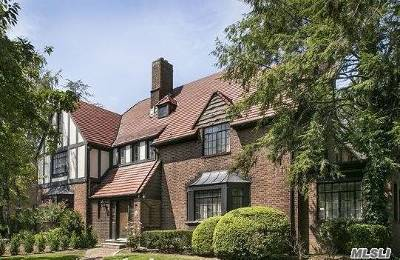 Forest Hills Single Family Home For Sale: 75 Tennis Pl