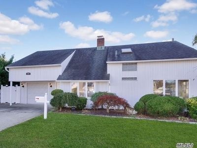 Levittown Single Family Home For Sale: 19 Ripple Lane