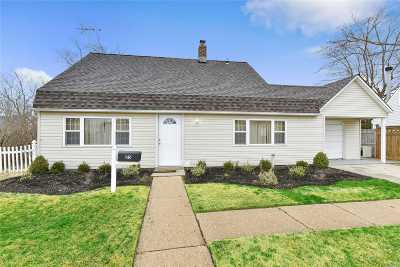 Levittown Single Family Home For Sale: 25 Old Oak Ln