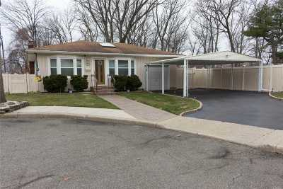 Freeport Single Family Home For Sale: 7 Robin Ct