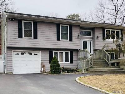 Medford Single Family Home For Sale: 8 Village Dr