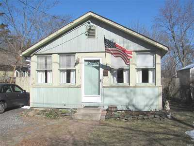 Lake Ronkonkoma Single Family Home For Sale: 1 Jean Ct