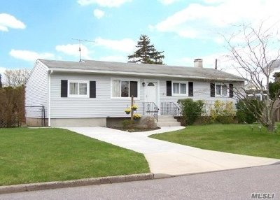 Selden Single Family Home For Sale: 18 Fountain Ave