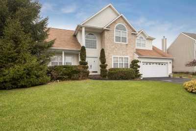 Holtsville Single Family Home For Sale: 12 Mayflower Ln