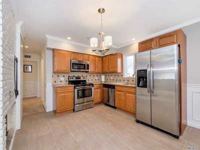 Levittown Single Family Home For Sale: 29 Border Ln