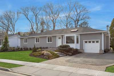 Jericho Single Family Home For Sale: 158 Forest Dr