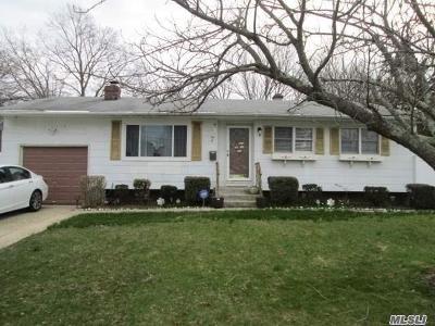 Bay Shore Single Family Home For Sale: 7 Benjoe Dr