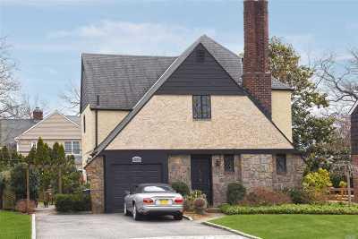 Garden City Single Family Home For Sale: 10 Kingsbury Rd