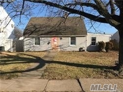 Levittown Single Family Home For Sale: 43 Center Ln