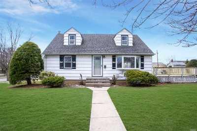 Hicksville Single Family Home For Sale: 2 Mayflower Dr