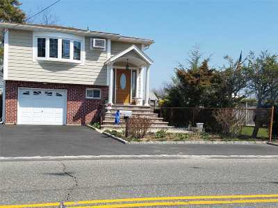 Bay Shore Single Family Home For Sale: 1385 Manatuck Blvd