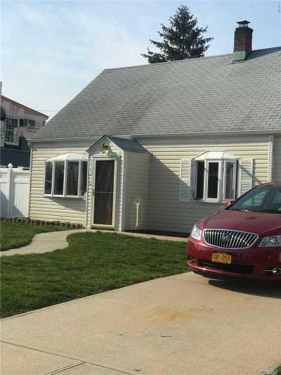 Levittown Single Family Home For Sale: 22 Rope Ln