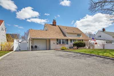 Levittown Single Family Home For Sale: 19 Echo Ln