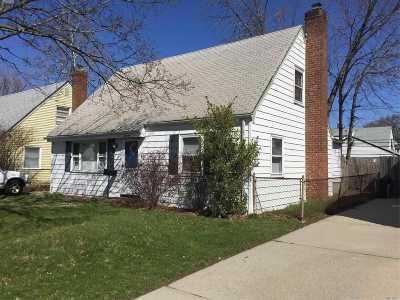 Hicksville Single Family Home For Sale: 19 Gables Rd