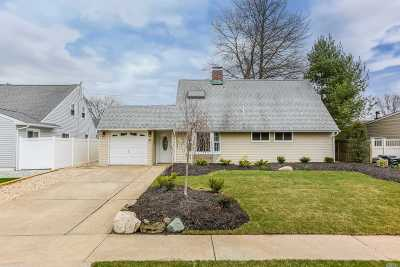 Levittown Single Family Home For Sale: 21 Boat Ln