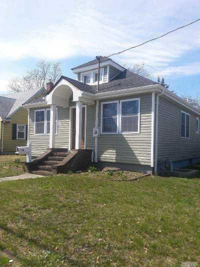 Bay Shore Single Family Home For Sale: 21 Roosevelt St