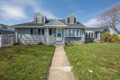 Hicksville Single Family Home For Sale: 19 Winding Rd
