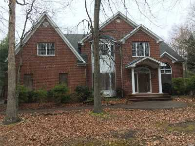 Smithtown Single Family Home For Sale: 136 Landing Meadow Rd