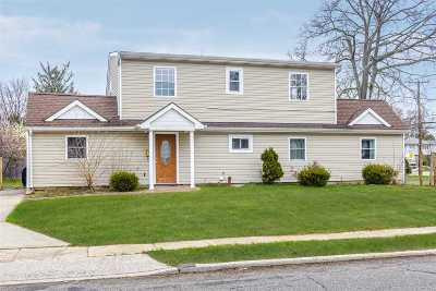 Levittown Single Family Home For Sale: 7 Regal Ln