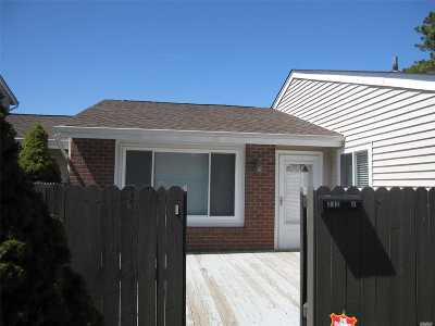 Holbrook Condo/Townhouse For Sale: 232j Springmeadow Dr #J