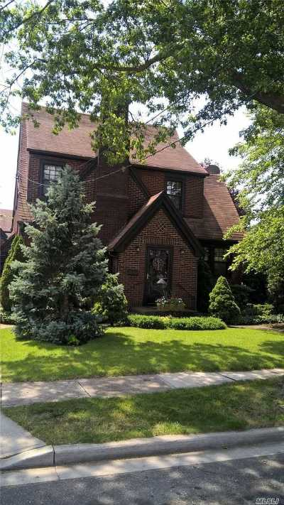 Lynbrook Single Family Home For Sale: 24 Elm St