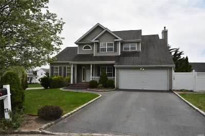 Smithtown Single Family Home For Sale: 17 Coventry Ln