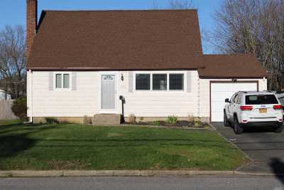 Bay Shore Single Family Home For Sale: 1560 Lincoln Blvd