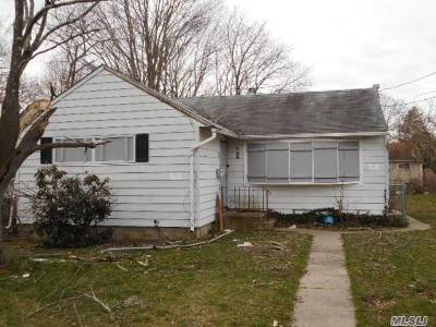 central Islip Single Family Home For Sale: 8 Birch St