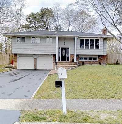 Hauppauge Single Family Home For Sale: 19 Dale Ln