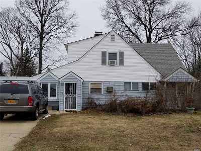 Levittown Single Family Home For Sale: 9 Redpoll Ln