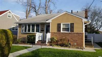 Freeport Single Family Home For Sale: 50 Woodside Ave