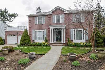Garden City Single Family Home For Sale: 215 Kilburn Rd