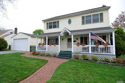 Levittown Single Family Home For Sale: 126 Oriole Rd