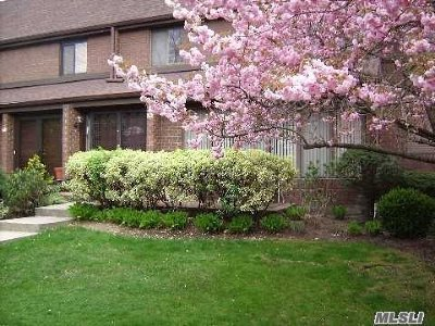 Roslyn Condo/Townhouse For Sale: 52 Acorn Ponds Dr