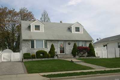 Hicksville Single Family Home For Sale: 61 Hollins Rd