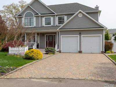 Smithtown Single Family Home For Sale: 5 Hayloft Ct