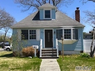 Islip Single Family Home For Sale: 27 Robbins Ave