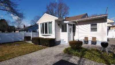 Huntington Single Family Home For Sale: 13 Sherman St