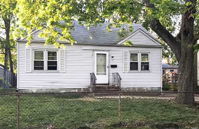 Wyandanch Single Family Home For Sale: 11 Hemlock St