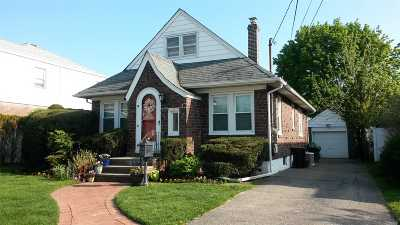 Lynbrook Single Family Home For Sale: 100 Burtis St