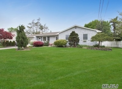 Hauppauge Single Family Home For Sale: 45 Grissom Way
