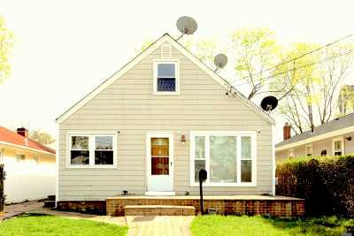 Nassau County Single Family Home For Sale: 8 Weir St
