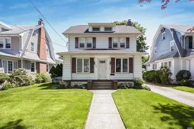 Lynbrook Single Family Home For Sale: 256 Earle Ave