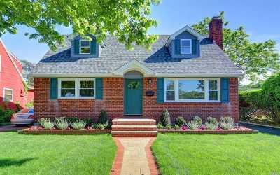 Merrick Single Family Home For Sale: 7 Columbine Ave